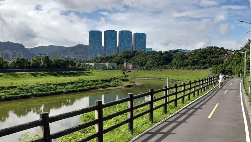 Taipei riverside cycling shichi